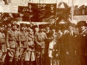 17 Mart 1923 Atatürk Mersin'de kendsini karşılayanlar arasında gördüğü çocukları severken