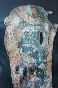 Çeşitli yaratıkların resmedildiği bir erkeğe ait dövmeli sağ kol derisi.
