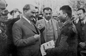 25 Mayıs 1933 Cumhurbaşkanı Gazi Mustafa Kemal, Orman Çiftliği'nde bir gençle konuşuyor