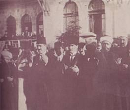 28 Mayıs 1922 Ramazan Bayramı sebebiyle ordularımızın muzaferiyeti için T.B.M.M. önünde Abdullah Azmi Efendi tarafından dua okunurken