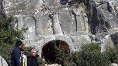 Defineciler 12 bin yıllık kaya mezarı dinamitle patlattılar