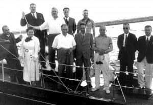 1 Temmuz 1935 Atatürk, Afet İnan ve Celal Bayar ile Moda Deniz Kulübü önünde yelken yarışlarını izlerken.
