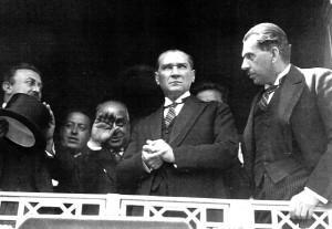 1 Temmuz 1927 Atatürk, İzmir İstasyonu'nda Kazım Özalp ile