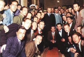 2 Temmuz 1933 Meclis Başkanı Kazım Özalp ile İstanbul Üniversitesi'nde sınavdan çıkan öğrencilerle
