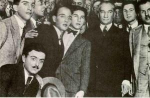 2 Temmuz 1933 İstanbul Üniversitesi'ni ziyaretinde öğrenciler arasında