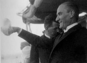 1 Temmuz 1927 Cumhurbaşkanı Gazi Mustafa Kemal,  Ertuğrul Yatı'nın güvertesinde, İstanbul halkını selâmlarken