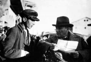Atatürk, Sivas'ta bir gencin dilekçesini incelerken (Kasım 1930)